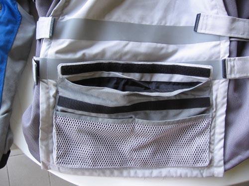 particolare-della-comoda-tasca-porsteriore