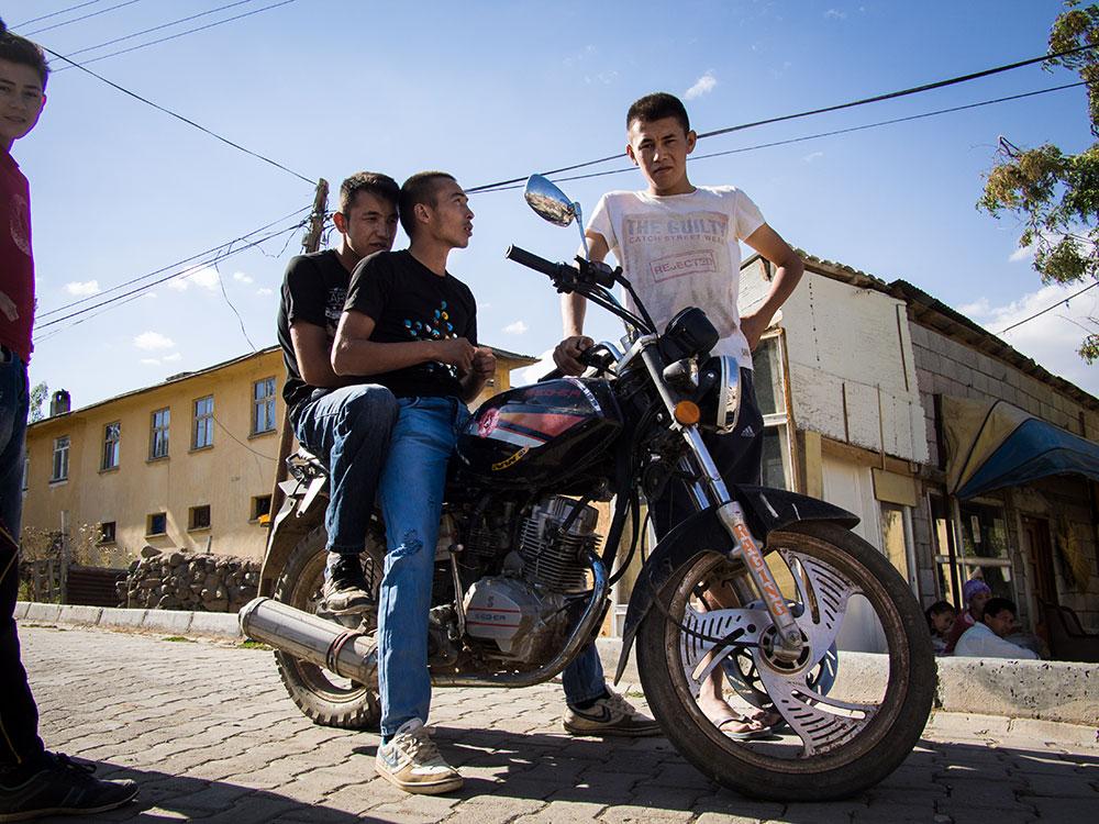 Adesivo Sporcoendurista sulla moto di alcuni ragazzi di Ulu Pamir