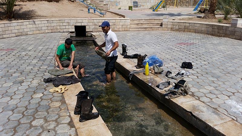 laviamo i vestiti a khur 3