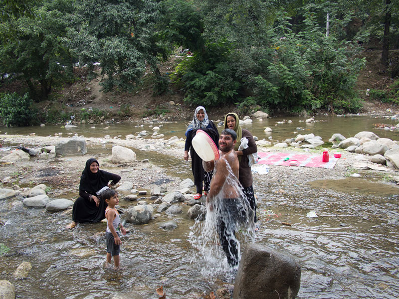 masuleh-famiglia-locale-fa-il-bagno