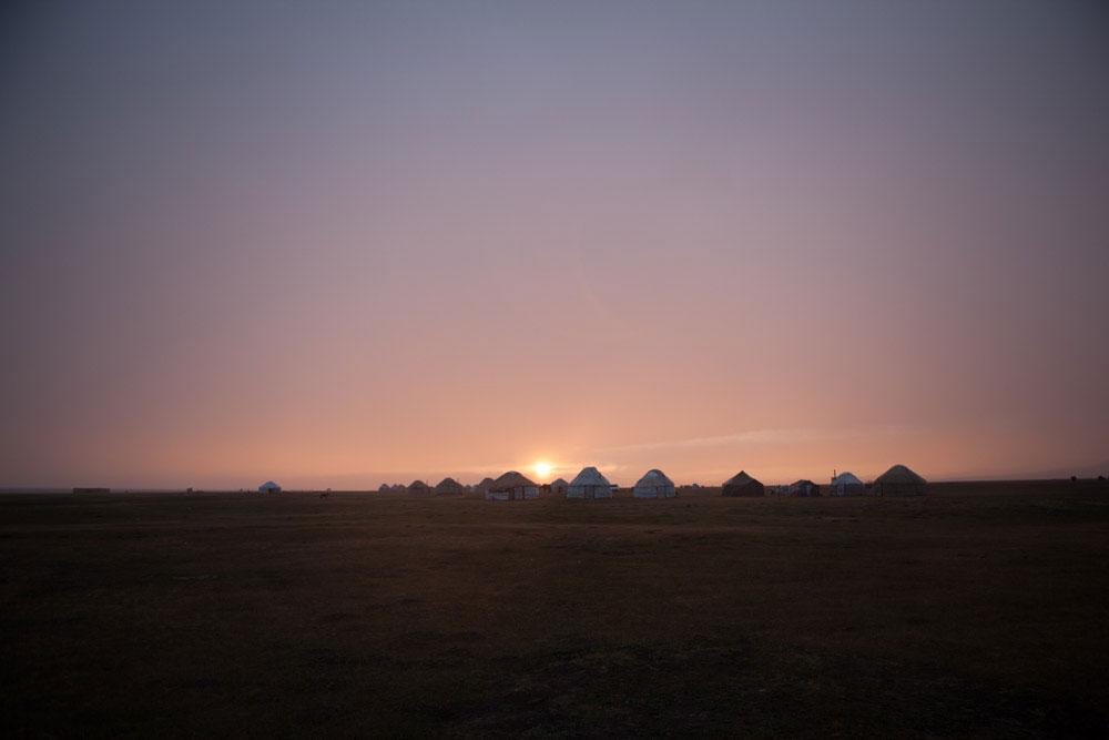 tramonto sul lago Son Kul