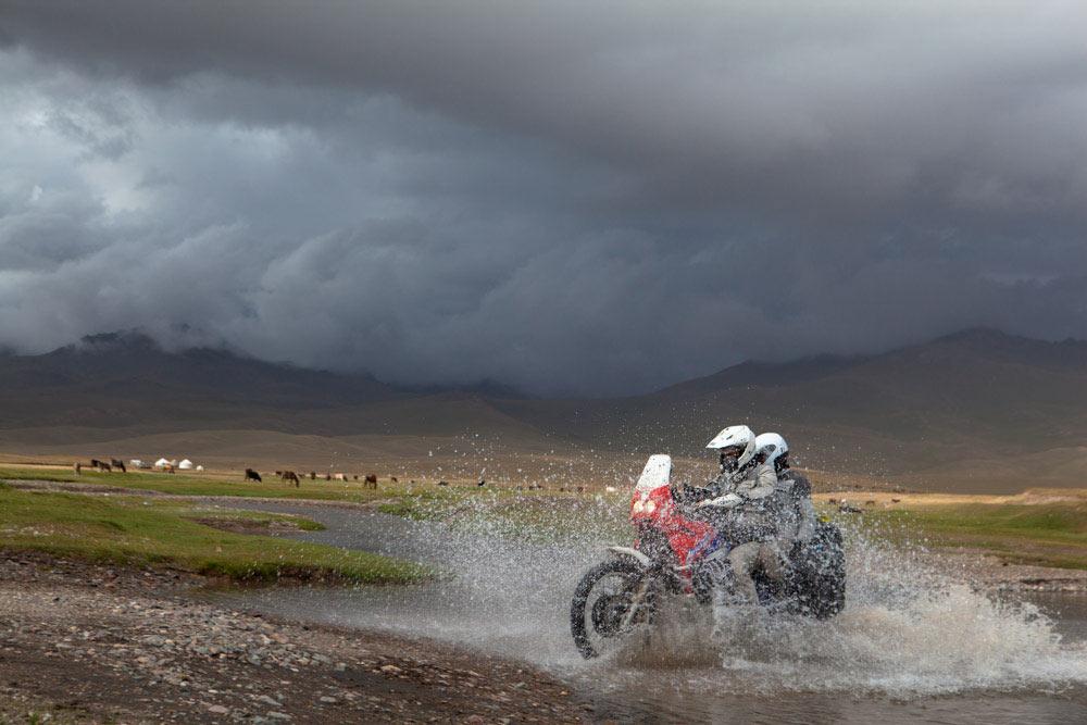 guado Africa Twin Lago Son Kul Kirghizistan