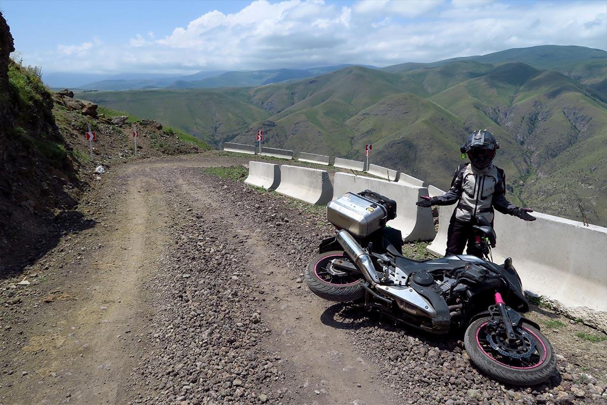 Arianna Lenzi conosciuta come la Bionda sulla Honda in viaggio in moto in Asia Centrale